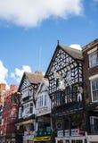 De Rijen zijn Tudor Black en Witte Gebouwen in Chester de stad van de provincie van Cheshire in Engeland stock afbeeldingen