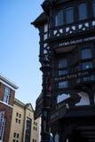 De Rijen zijn Tudor Black en Witte Gebouwen in Chester de stad van de provincie van Cheshire in Engeland stock foto