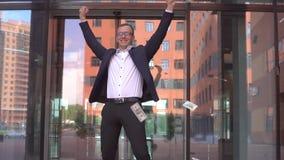 De rijke aantrekkelijke Zakenman in glazen neemt geld op en verheugt zich Langzame Motie HD stock videobeelden