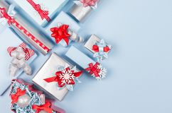 De rijke heldere achtergrond van de wintertijdviering in rood, pastelkleur blauwe en zilveren kleur met verschillende giftdozen royalty-vrije stock foto's