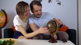 De rijke jonge reis van het geboortenregelingweekend met kaart, reisbureau stock videobeelden