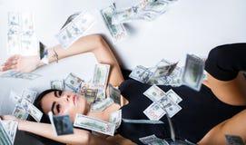 De rijke sexy vrouw ligt op geld Munt, vrouwen, het winnen Sexy wijfje en dollarrekeningen Sexy vrouw die in dollarrekeningen lig stock foto