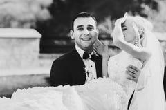 De rijken verzorgen en het van achtergrond bruidhuggingoutdoor muurgras verwarmt a Royalty-vrije Stock Foto's