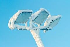 De rijp van de ochtendwinter op de openluchtlamp in skitoevlucht Ruka, Finland stock foto