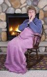 De rijpe Hogere Roddel van de Open haard van de Schommelstoel van de Vrouw Royalty-vrije Stock Afbeeldingen