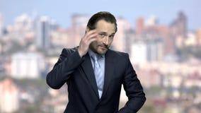 De rijpe Kaukasische zakenman strijkt glad stock videobeelden