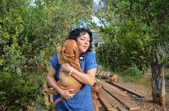 De rijpe kweker van de vrouwenhond controleert haar Boerboel-voorraad royalty-vrije stock fotografie