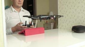 De rijpe mens in glazen en wit overhemd controleert quadcopter van de console, testvlucht, het concept het bestuderen stock videobeelden
