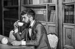 De rijpe mens met kalm gezicht geniet middag van thee royalty-vrije stock foto
