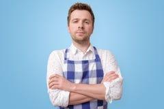 De rijpe mens van de restaurantwerknemer op blauwe muur stock afbeelding