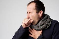 De rijpe mens is ziek van koude of longontsteking Royalty-vrije Stock Afbeeldingen