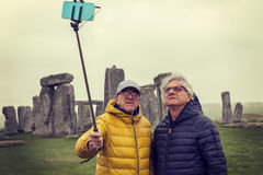 De rijpe mensenvrienden nemen een selfie in Stonehenge-archaeologica Stock Foto