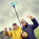 De rijpe mensenvrienden nemen een selfie in Stonehenge-archaeologica Royalty-vrije Stock Foto
