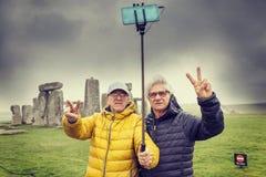 De rijpe mensenvrienden nemen een selfie in Stonehenge-archaeologica Royalty-vrije Stock Afbeelding
