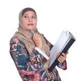 De rijpe Moslimvrouw in het denken stelt Royalty-vrije Stock Afbeelding