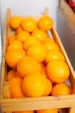 De rijpe smakelijke oranje doos isoleerde zijaanzicht Stock Afbeelding
