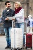 De rijpe toeristen koppelen openlucht Royalty-vrije Stock Fotografie