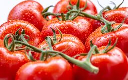 De rijpe tomaten met water laat vallen 2 Stock Foto