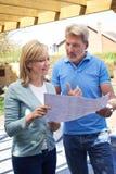 De rijpe Vrouw bespreekt Plan met Landschapstuinman stock afbeelding