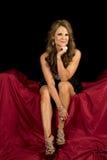 De rijpe vrouwenkleding zit bij het rode zwarte kijken royalty-vrije stock afbeeldingen