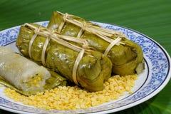 De rijst en de bonen stoomden in banaanblad Stock Foto's
