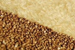 De rijst en het boekweit hebben aan elkaar op dia betrekking Stock Foto's