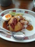 De rijst en het rode varkensvlees met de helft koken ei Stock Foto's