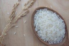 De rijst is het belangrijkste voedsel van Thailand Geplaatst op Houten Lijst royalty-vrije stock foto's