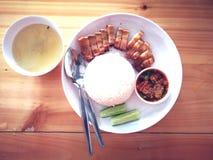 De rijst met knapperig varkensvlees dient met soep Aziatisch voedsel royalty-vrije stock fotografie