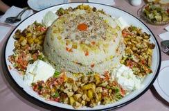 De rijst Risotto met kippenvlees, aardappel, groene erwt, wortel, sneed tomaat en yoghurt op dienblad stock afbeeldingen