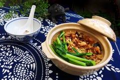 De rijst van de kleipot, Chinese etnische schotel Stock Afbeelding