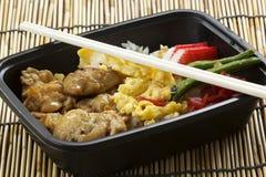 De rijst van kippentoriyaki in plastic doos met eetstokjes royalty-vrije stock foto