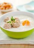 De rijsthavermoutpap met kookt varkensvlees, ei Royalty-vrije Stock Foto