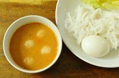 De rijstnoedels en het gekookte ei eten paar met vissenkerrie op kom royalty-vrije stock foto's