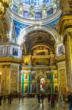 De rika inre av domkyrkan för St Isaacs i St Petersburg arkivbilder