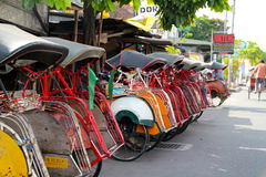 De Riksja's van Becak zijn een Deel van het Economische Systeem van Yogjakarta \ \ \ \ \ \ \ 's geworden Stock Foto