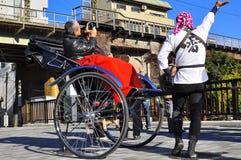 De riksja van Asakusa met een toerist en de trekker Royalty-vrije Stock Foto's