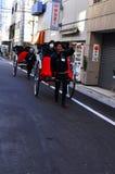 De riksja van Asakusa met een toerist en de trekker Royalty-vrije Stock Afbeeldingen