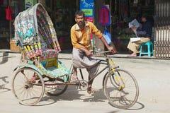 De riksja wacht op passagiers bij de straat van Bandarban, Bangladesh Stock Foto's