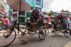 De riksjabestuurders wachten op klanten in Katmandu Stock Fotografie