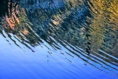 De Rimpelingen van de halve cirkel op het water stock foto