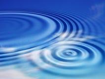 De rimpelingen van het water met bezinningen van hemel Royalty-vrije Stock Afbeeldingen