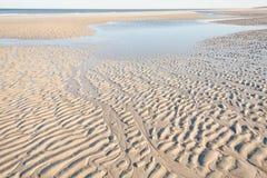 De rimpelingen van het zand op het strand Stock Afbeelding