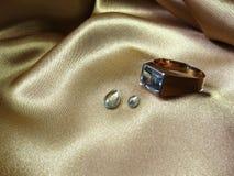 De ring en de gemmen van het aquamarijn Royalty-vrije Stock Foto's