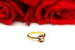 De ring en de rozen van de diamant Royalty-vrije Stock Foto