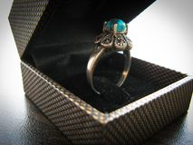 De ring van blauwe turkooise ringsvrouwen Close-up van zilveren die ring met blauwe turkooise steen wordt verfraaid royalty-vrije stock afbeelding
