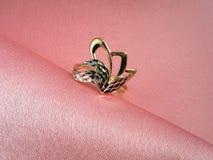 De ring van de diamant op rooskleurige zijde Stock Afbeeldingen