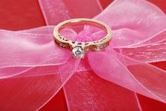 De ring van de diamant op roze boog Royalty-vrije Stock Foto
