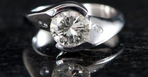 De ring van de diamant op zwarte Royalty-vrije Stock Foto
