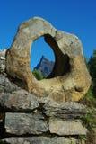 De ring van de steen op de oude brug, Hornindal, Noorwegen Stock Foto